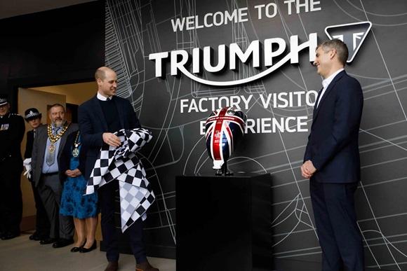 英国ケンブリッジ公ウィリアム王子、トライアンフモーターサイクルズを来訪